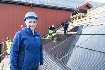 Tove Hatling Jystad, utviklingsleder ved Mære Landbruksskole. Installering av solceller på fjøstaket.