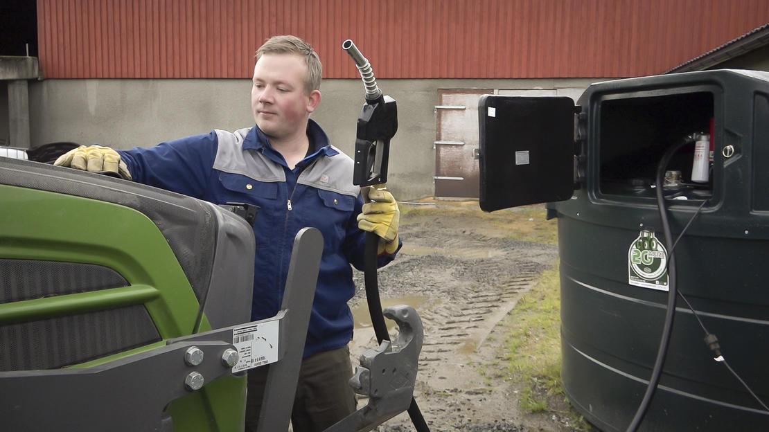 Melkebonde Odd Arne Austad tester biodrivstoff på traktoren i regi av prosjektet Landbruk21.