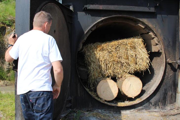 Gårdsvarmeanlegg som fyrer med tømmer og halm